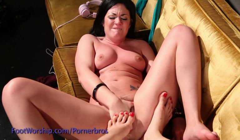 Лесбиянка трахает о ногу фото 123-874