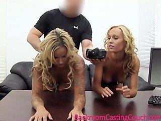 Две сестры близняшки дрочат свои письки на веб камеру за